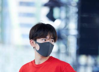 [TFBOYS][新闻]190810 易烊千玺彩排花絮图,清爽的红衣少年