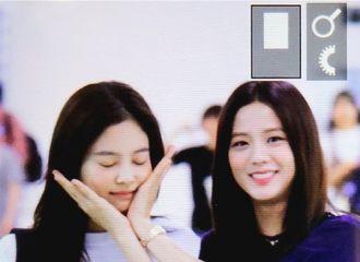 [BLACKPINK][分享]190816 姐姐line又在机场玩起来了~智秀给JENNIE做起了可爱捧花~