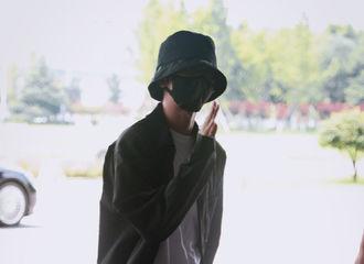 [新闻]190819 今日份的坤坤出发饭拍来袭 大佬坤标配:渔夫帽+一身酷黑