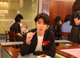 [新闻]190919 蔡徐坤寄来明信片 黑西装帅气boy吃甜点的亚子可可爱爱