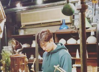 """[Super Junior][分享]191023 现实姐弟两人""""狗仔队风""""互拍 素拉姐精准吐槽李赫宰拍照技术"""