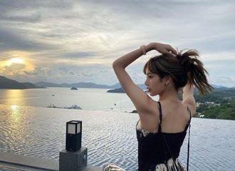 [BLACKPINK][分享]191104 非现实长腿+直角肩...LISA悠闲的泰国度假照公开!