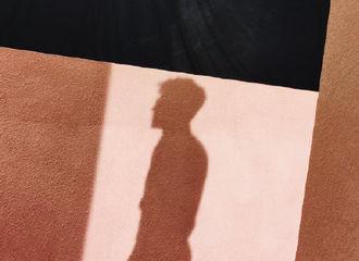 [新闻]191111 邓伦今日拍摄剪影照片公开 眼镜伦上线引发期待