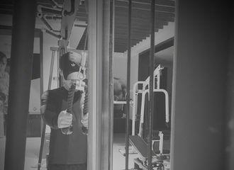 [新闻]191115 邓伦深夜更新绿洲分享健身照 伦哥又在举铁了