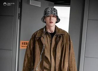 [新闻]191116 丞丞上海出发重庆到达 酷盖戴着他的半永久渔夫帽帅气来袭