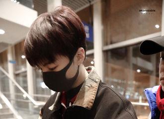 [新闻]191118 王俊凯现身北京机场飞往厦门 属于麻豆凯的冬日叠穿风格上线