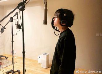[薛之谦][新闻]191129 薛之谦工作室路透录歌现场 吉他弹唱引人期待
