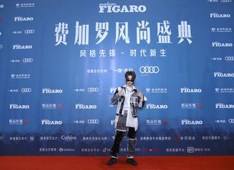 [新闻]191208 全能昊哥黄明昊正帅气地走来 音乐和时尚都不断展现新面貌