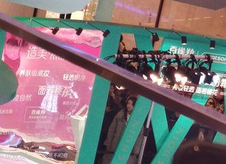 [迪丽热巴][新闻]191218 迪丽热巴现身上海出席活动 一袭绿色长裙身姿曼妙性感迷人!