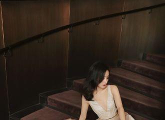 [赵丽颖][新闻]191228 眼中星光不减,心中热情永燃 赵丽颖一袭金色星光渐变裙宛如油画美人