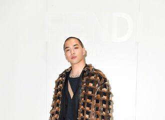 [新闻]200114 BigBang成员太阳一身霸气造型时装周现身时装周丨 利落短发 魅力值爆表