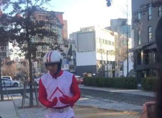 [新闻]200115 变身外卖小哥街头大跳TWICE舞蹈?今日份《Player2》拍摄路透来袭!