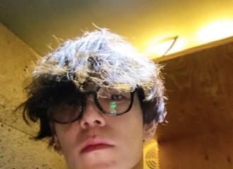 """[分享]200202 """"狗狗系""""男友上线!蓬蓬的卷发配上黑框眼镜充满少年美"""