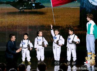[新闻]200224 《一堂好课》航天课剧照大放送 朱正廷担当人群中最挺拔的那只崽
