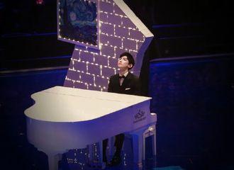 [分享]200326 这位钢琴十级选手 一边举铁一边弹琴也是可以的