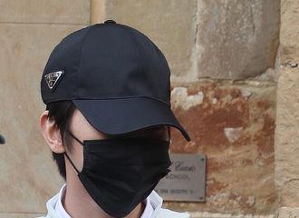 [分享]200401 蔡徐坤意大利看秀时期路透分享 穿Prada的清爽男孩