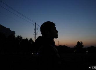 [新闻]200519 杨洋更博晒收工照 夜色下的绝美侧脸如漫画般精致