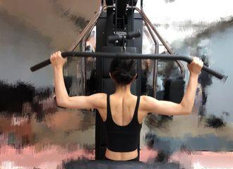 [新闻]200529 赵丽颖晒健身美背照 金刚芭比的肌肉线条太优越