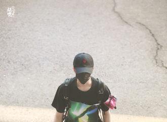 [新闻]200529 蔡徐坤北京飞广州出发 背着小书包的长腿坤坤又酷又奶!
