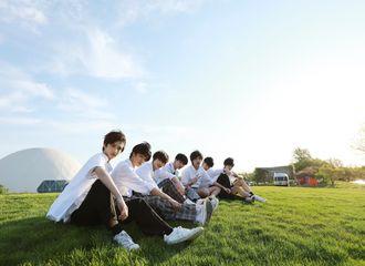 [新闻]200602 时代少年团官博释出合影一张 是绿茵草地上自在如风的少年