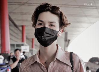[新闻]200604 朱正廷北京出发前往重庆 墨镜不戴一样可可爱爱