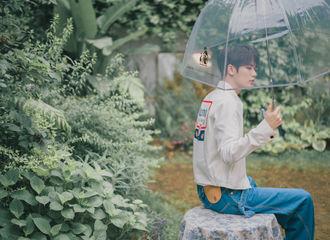 [新闻]200604 林彦俊夏日午后花园大片更新 小橘撑伞浅笑是偶像剧的味道