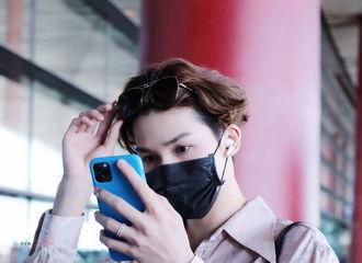 [新闻]200604 朱正廷现身机场飞往重庆 精致男孩用手机当镜子确认发型