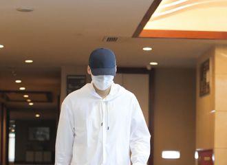 [新闻]200629 李易峰今日上班路透发送 棒球帽少年再次上线