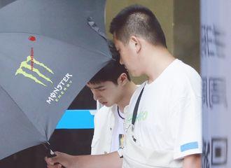 [新闻]200701 王一博离开广电出发录制外景 随便一穿都是就是大帅哥的水平