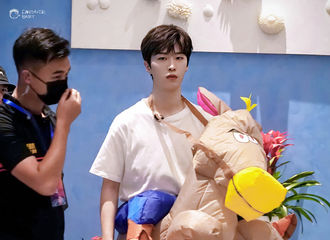[新闻]200702 用最酷的表情穿最搞笑的衣服 范丞丞录制《青春环游记2》上海路透来袭