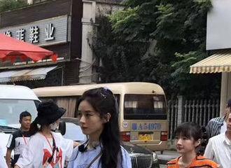 [新闻]200704 赵丽颖《中餐厅》宜昌采买路透公开 夏天和微露的小蛮腰更配哦!