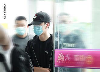 [新闻]200711 王一博西双版纳出发飞往上海 优秀青年再次开启一周活跃模式