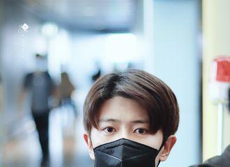 [分享]200730 任嘉伦昨晚昆明机场飞往上海 不灵不灵的大眼萌仔根本不需要墨镜