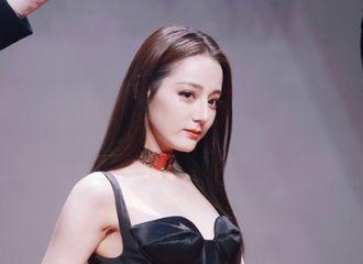 [新闻]200802 迪丽热巴踏上星光红毯 一袭黑色高叉裙展现曼妙身姿!
