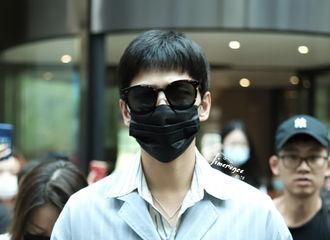 [新闻]200806 杨洋深圳飞上海出发 墨镜一戴谁都不爱的条纹装少年