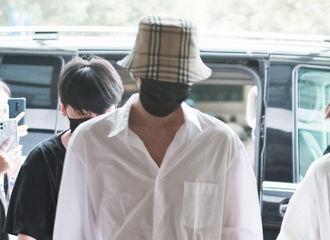 [新闻]200807 小伙汁的衬衫穿的还挺带劲 俊俊子今日份上班饭拍在线诱人