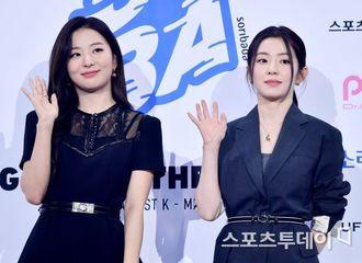 """[新闻]200813 气场全开!Irene&涩琪亮相""""2020 SORIBADA AWARDS""""蓝毯"""