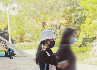 [新闻]200813 赵丽颖无锡出发飞往兰州 针织衫搭配牛仔短裤清爽可爱