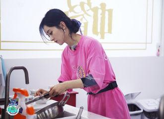 [新闻]200814 《中餐厅》官博发布赵丽颖本周节目剧照 全能型财务管家又要出门采购啦!