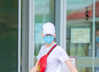 [新闻]200914 张云雷今日北京出发飞往青岛 大红色穿搭太亮眼宛若哪吒闹海