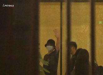 [新闻]200916 吴亦凡无锡出发北京 温柔依旧夹缝边也不忘挥手