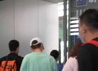 [新闻]200917 鹿晗现身南昌高铁站前往洛阳 薄荷绿与少女粉的青春鹿崽