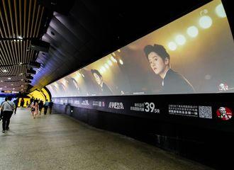 [分享]200917 肯爷爷代言人鹿晗霸气刷脸 上海地铁站一走廊都是鹿店长