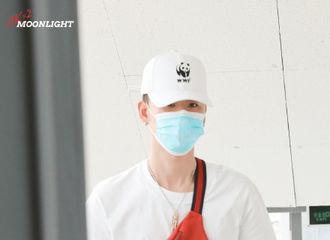 [新闻]200917 背上心爱的小包包回家啦 张云雷今日青岛出发飞往北京