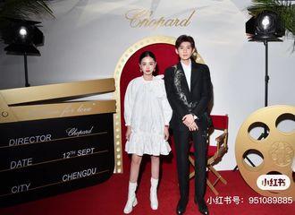 [分享]200921 人形立牌一般的王源合照站姿,也是恭敬绅士的小王子