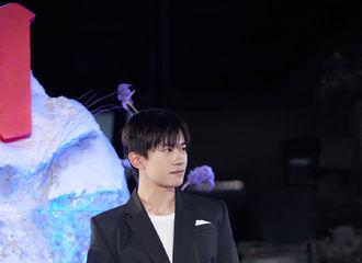 [分享]201025 易烊千玺《长津湖》开机发布会全程cut 人形立牌再次可爱上线