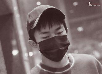 """[新闻]201025 易烊千玺北京飞上海饭拍 连轴转的烊宝把""""困""""写在脸上"""