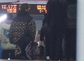 [新闻]201029 鹿晗兰州火车站出发去拉萨(有) 可爱鹿隔着车窗给芦苇比专属手势