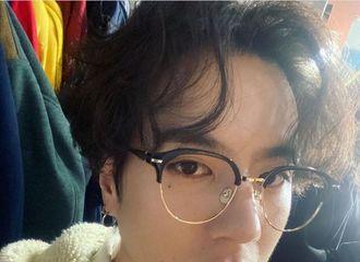 [分享]201121 卷毛发型戴着黑框眼镜的有谦,好奶啊~