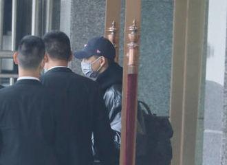 [新闻]201126 李现新鲜机场LOOK 帽子一戴,今天是成都酷盖